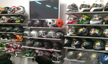 В продажу поступила большая партия шлемов от ведущих производителей AGV, Shark, Dainese, Lazer, Givi